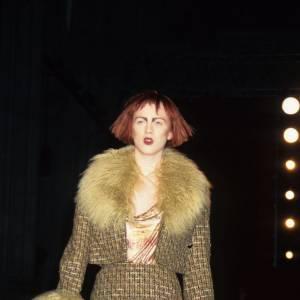 C'est en 1998 que Karen Elson fait ses débuts sur les podiums avec comme particularité sa crinière rousse et ses sourcils.