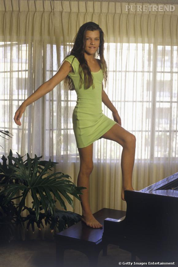 Après avoir commencé sa carrière à 11 ans, Milla Jovovich s'offre une première retraite (de deux ans) à 15 ans. Visage de Calvin Klein, Revlon ou encore Armani, elle est un mannequin phare des 90s.