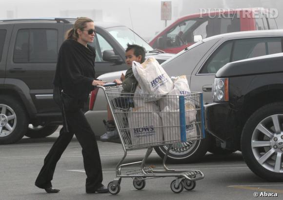 Angelina Jolie est une adepte de la méthode de camouflage pour faire ses courses. Ici en total look noir.