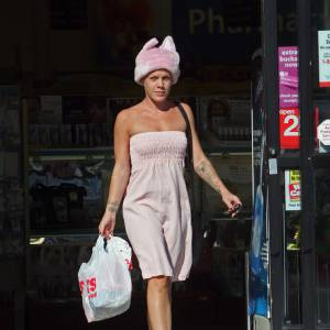 Pink, loin d'être passe-partout avec un bonnet à oreilles !