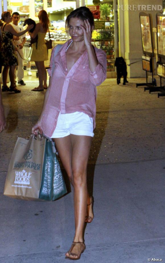 Cameron Diaz, longue jambes à l'appui, mise sur une allure négligée mais super sexy pour faire ses courses.