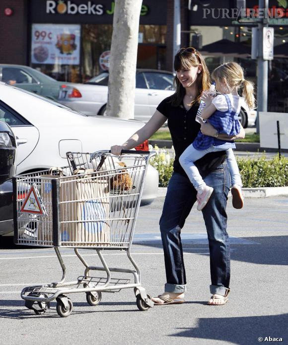 """Jennifer Garner, casual en jean large et petit chemisier noir, opte pour l'allure """"enfant dans une main, caddy dans l'autre"""". Bravo môman."""