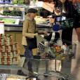 Naomi Watts se cache sous un petit béret, tendance parisienne.