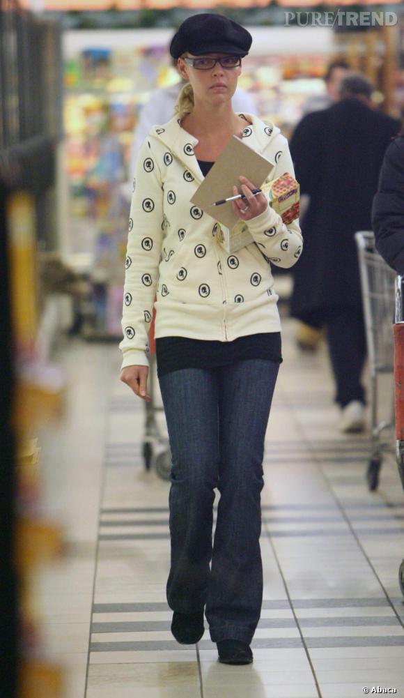 Katherine Heigl porte un sweat imprimé et un béret noir.