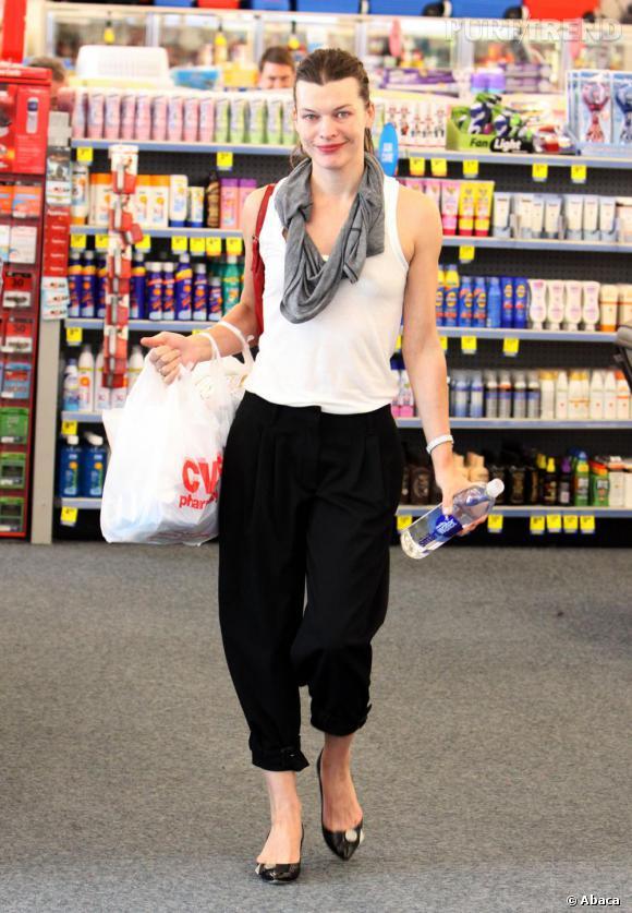 Milla Jovovich en tenue tout confort : sarouel et débardeur.