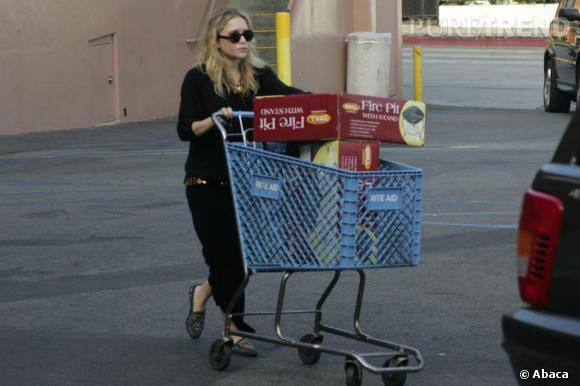 Mary Kate Olsen, toujours fidèle à ses allures bohème, opte ici pour le total look noir.