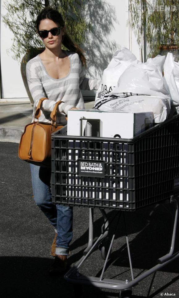 Rachel Bilson, toujours aussi tendance, ose faire ses courses avec des compensées. Courage coco !