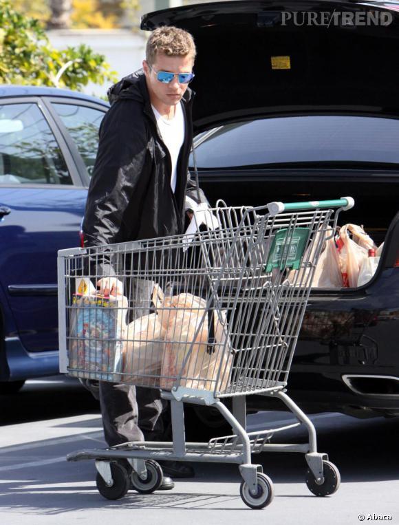 Ryan Phillippe : sweat noir, petit t-shirt blanc et Ray Ban, il est toujours aussi sexy.