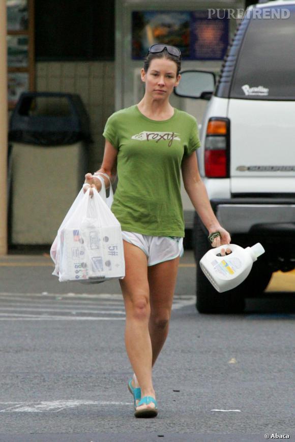 Evangeline Lilly en mini-short et t-shirt large.