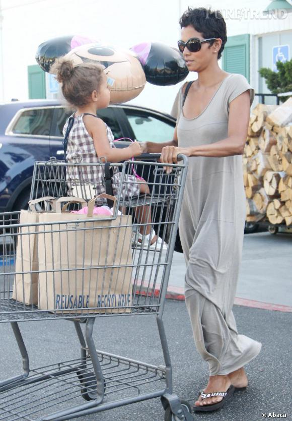 Halle Berry en longue robe crème fait les courses avec sa fille.