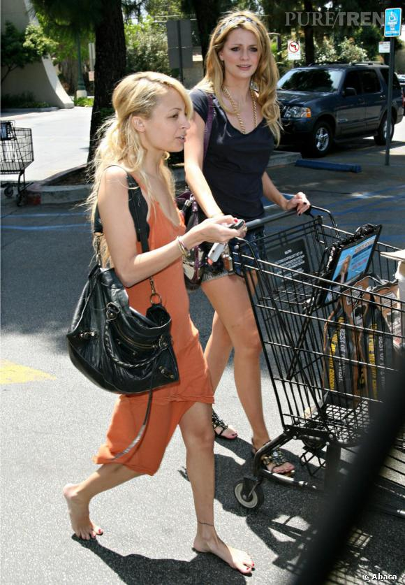 Nicole Richie pieds nus et Mischa en mini-short... À l'aise les courses !