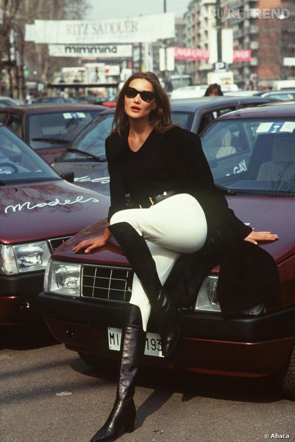 Une belle fille et une voiture : que demander de mieux ?
