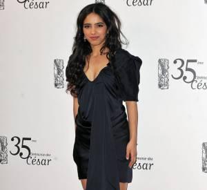 Hafsia Herzi ose la robe drapée en satin. On aime son coiffé-décoiffé qui souligne son sex-appeal.