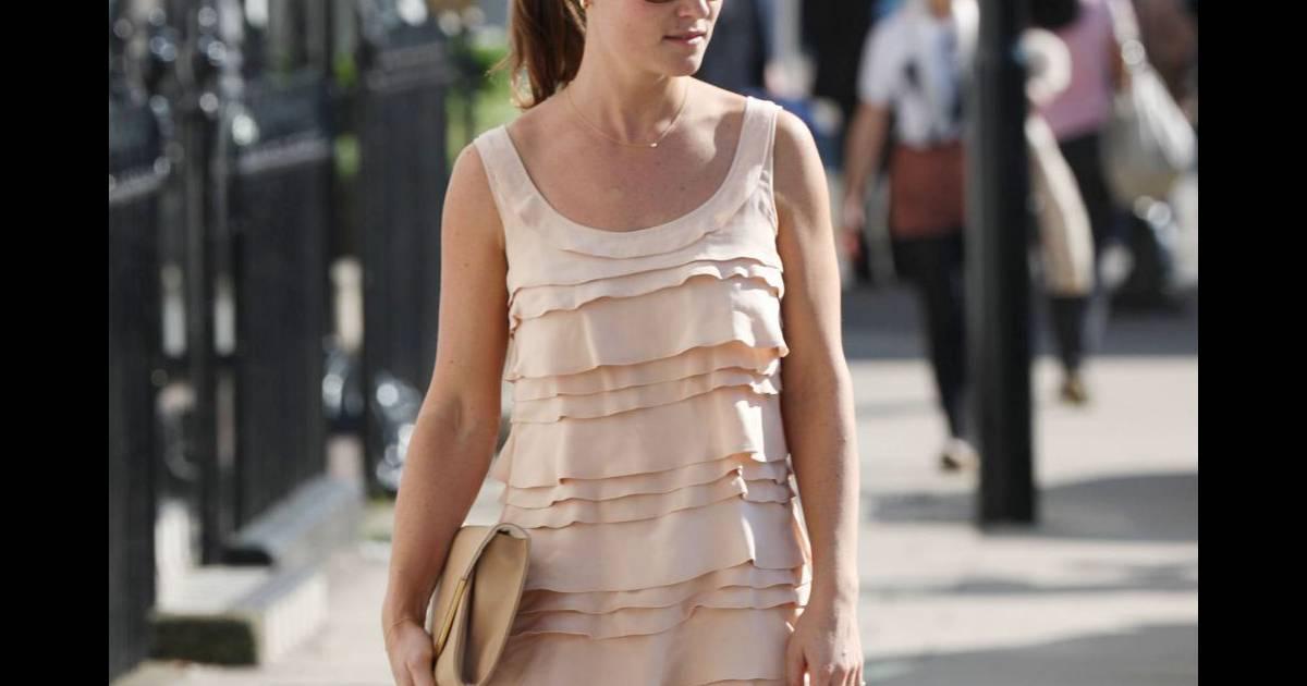 La jolie brune dédramatise sa petite robe bain de soleil