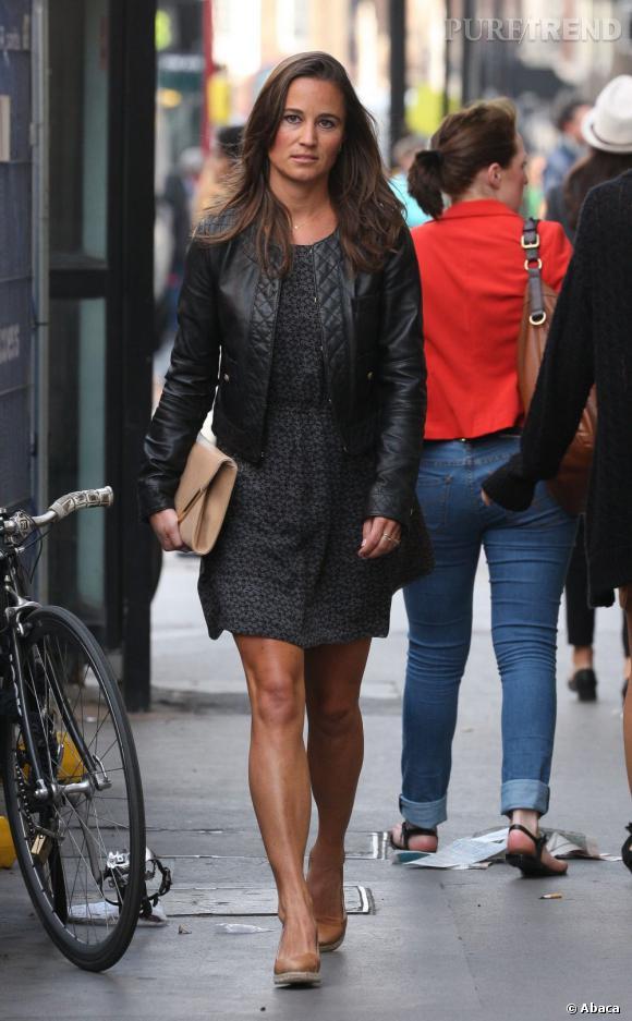 robe noire courte et veste en cuir