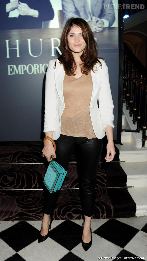 Gemma Arterton est un peu bof-bof malgré sa pochette Burberry Prorsum.