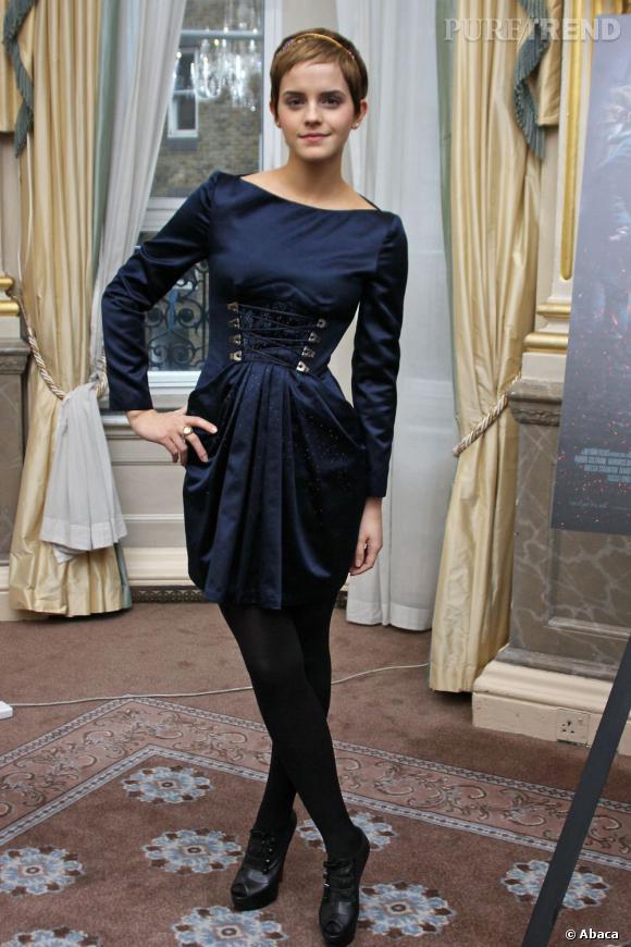 Emma Watson préfère le jeu de découpe et de drapé aux imprimés et mise sur une robe bleu nuit.