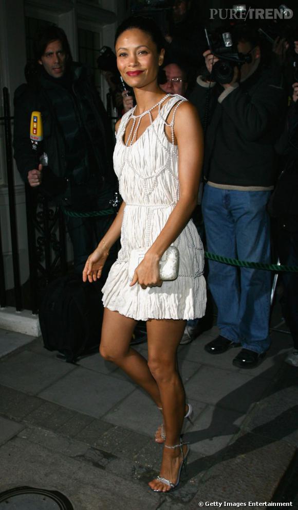 Thandie Newton prend la pose dans une création de la collection Printemps-Eté 2008 dont le jeu de découpe et le harnais en perles subliment ses courbes.