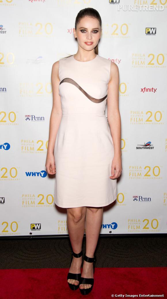 Felicity Jones mise sur une robe découpée au laser pour une touche ultra-audacieuse.