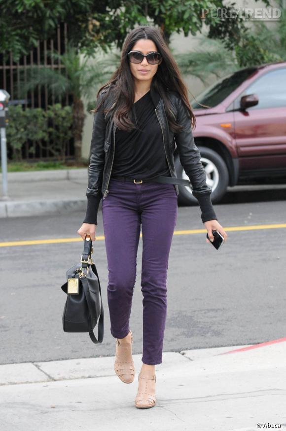 Freida Pinto en balade dans les rues de Los Angeles.