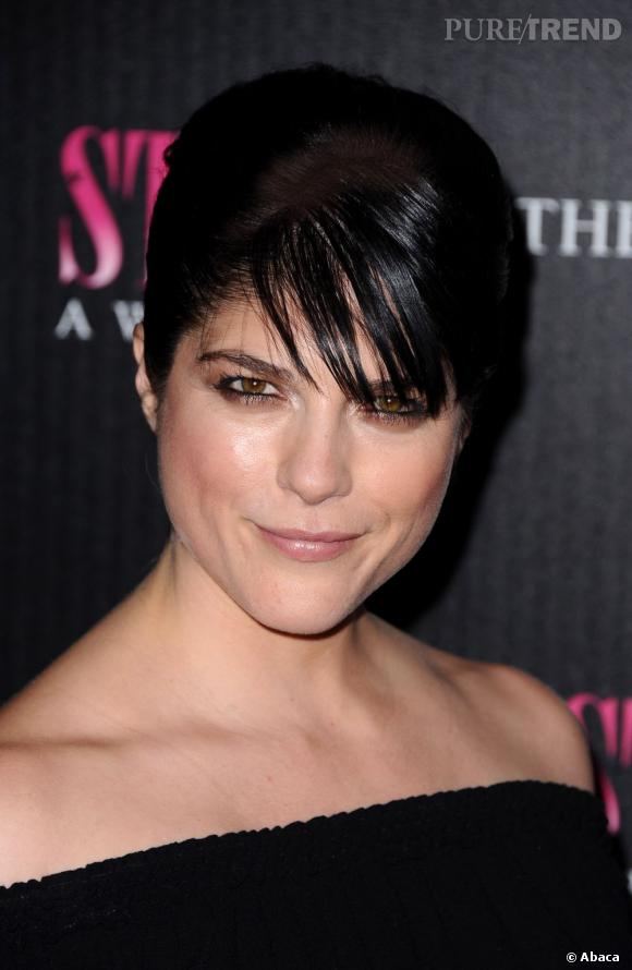 selma blair associe une coiffure s v re avec un chignon. Black Bedroom Furniture Sets. Home Design Ideas