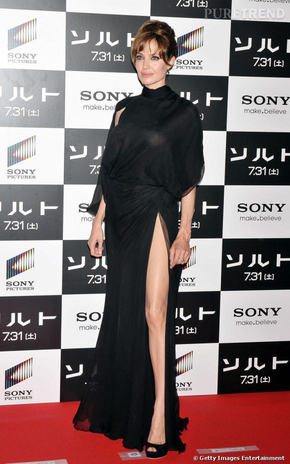 Angelina Jolie dédramatise le col roulé dans une robe ultra-fendue et super sexy. Bravo !  Verdict : on adopte.