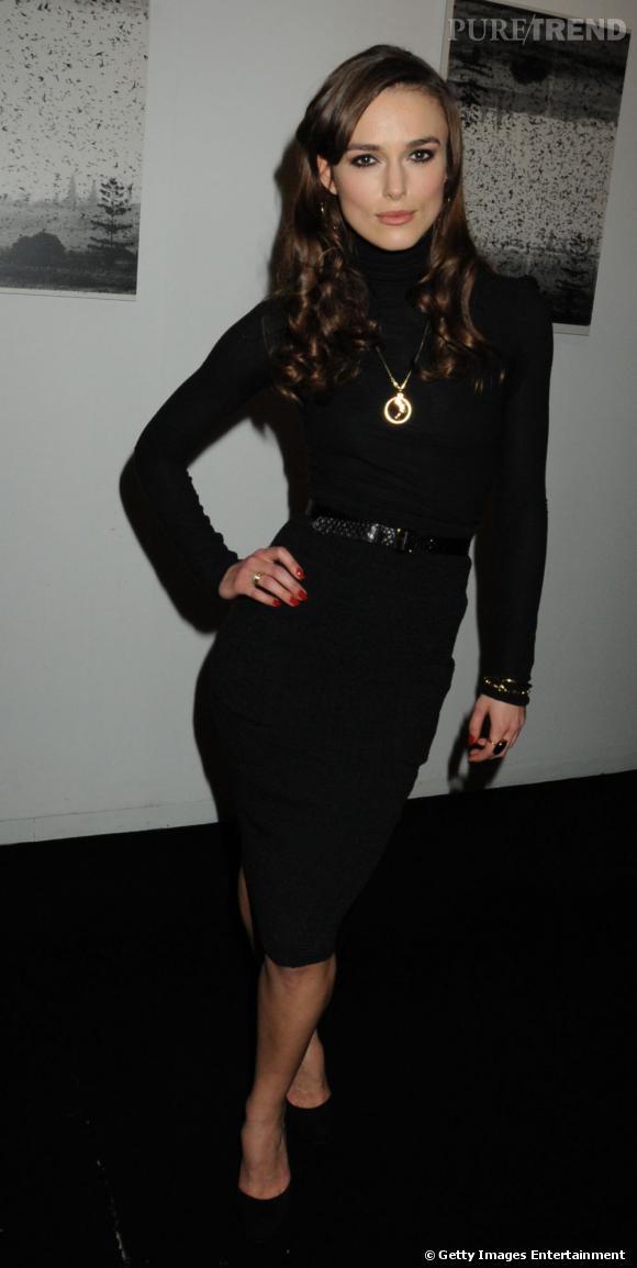 Keira Knightley, absolument séduisante, fait mouche dans une robe noire, moulante et col roulé.  Verdict : on adopte.