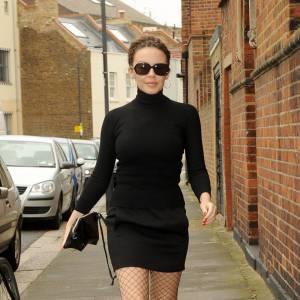 Associer à un col roulé une mini jupe : OK. Mais avec en plus des bas résilles, sûrement pas ! Verdict : on évite le look de Kylie Minogue.