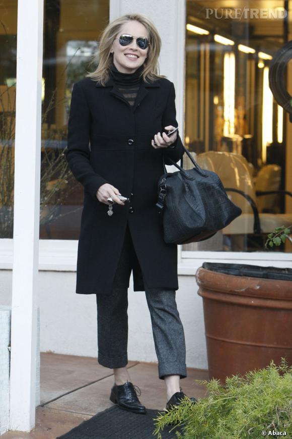 Sharon Stone : problème de longueur entre le pantacourt et le col roulé.  Verdict : on évite.