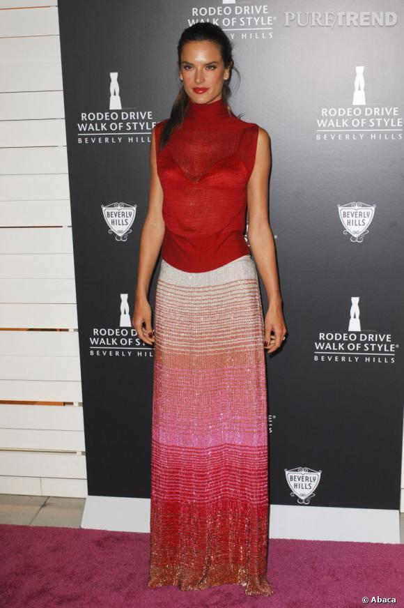 Alessandra Ambrosio, too much, associe à sa jupe Missoni un top col roulé sans manches.  Verdict : on évite.