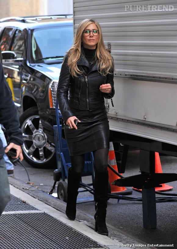 Jennifer Aniston, sexy avec un col roulé ? C'est possible ! Elle associe à son pull une jupe en cuir et une veste assortie pour un effet réussi. Verdict : on adopte.