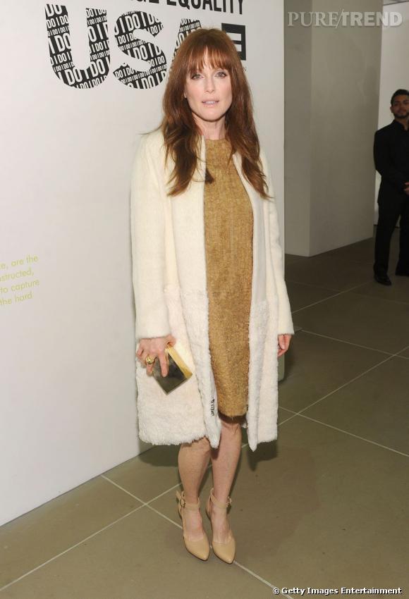 Julianne Moore mise sur une robe dorée qui flatte son teint porcelaine.