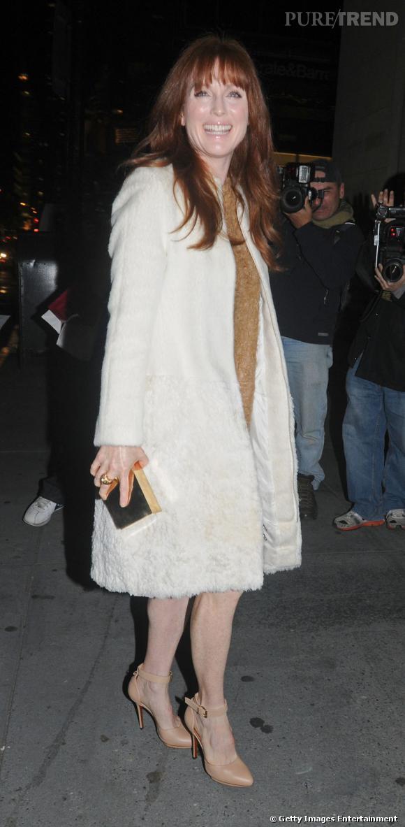 L'actrice fait mouche avec son manteau angora.