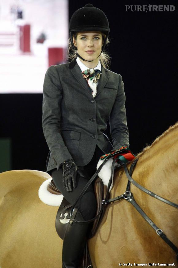 """Lorsqu'on parle de """"têtes couronnées"""" du sport, on est obligé de penser à Charlotte Casiraghi. La belle excelle en équitation, participe même à des concours reconnus et est égérie équestre de Gucci. Rien que ça."""