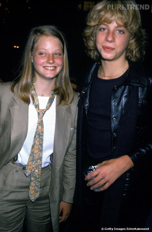 En 1976 :  Jodie est un peu garçon manqué, sa tenue de soirée : costume et cravate à fleurs.