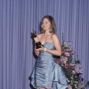 """En 1989 : Aux Oscars, Jodie remporte le prix de la Meilleure Actrice pour le film """"Les Accusés"""", pour l'occasion elle dégaine la robe de bal de promo."""
