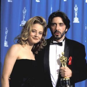 En 1993 : Aux côtés d'Al Pacino, Jodie se fait plus sexy en robe bustier et brushing ondulé.