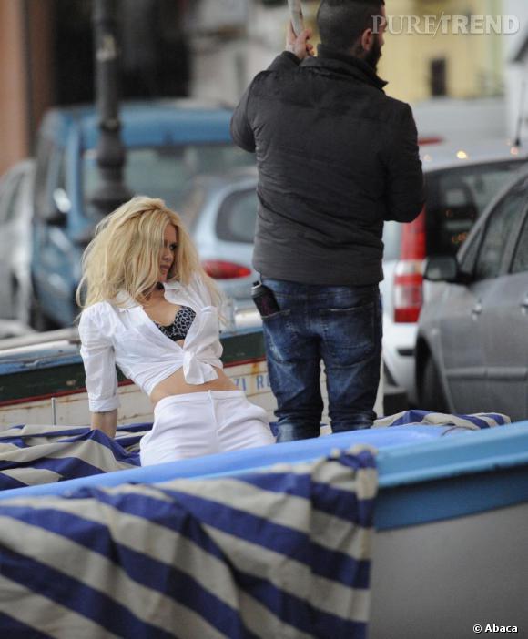Claudia Schiffer en plein shooting pour Macy's en Italie.