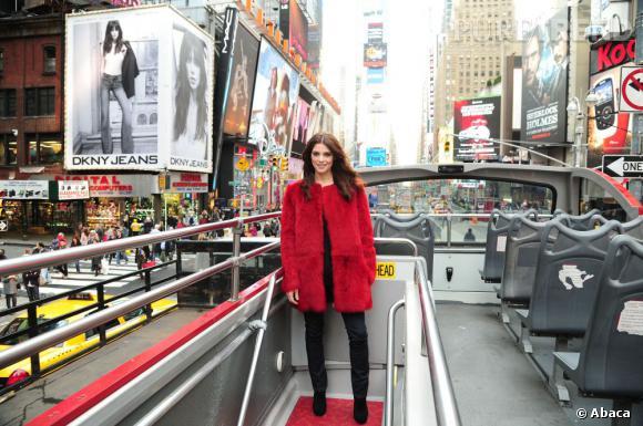 Ashley Greene, dans une veste en fourrure rouge passion, fait mouche.