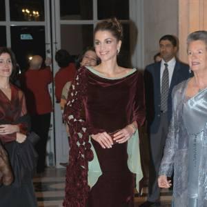 La Reine Rania n'a pas besoin de grande chose pour être resplendissante. Elle ne se met pas en valeur dans cette robe en velours bordeaux. Le voile vert est de trop, l'ensemble est lourd.