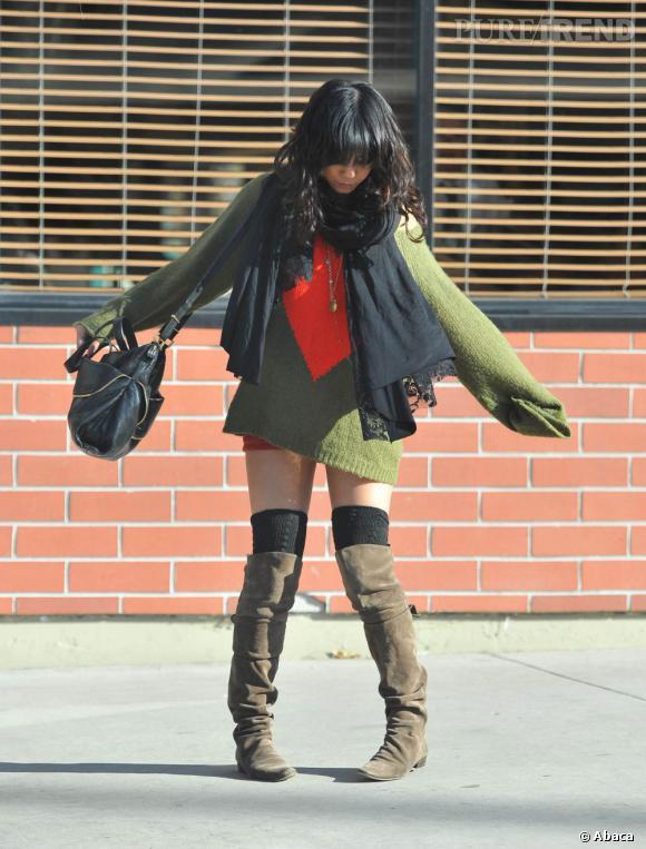Chaudement emmitouflée mais sans pantalon entre l'hiver et l'été le coeur de Vanessa Hudgens balance.