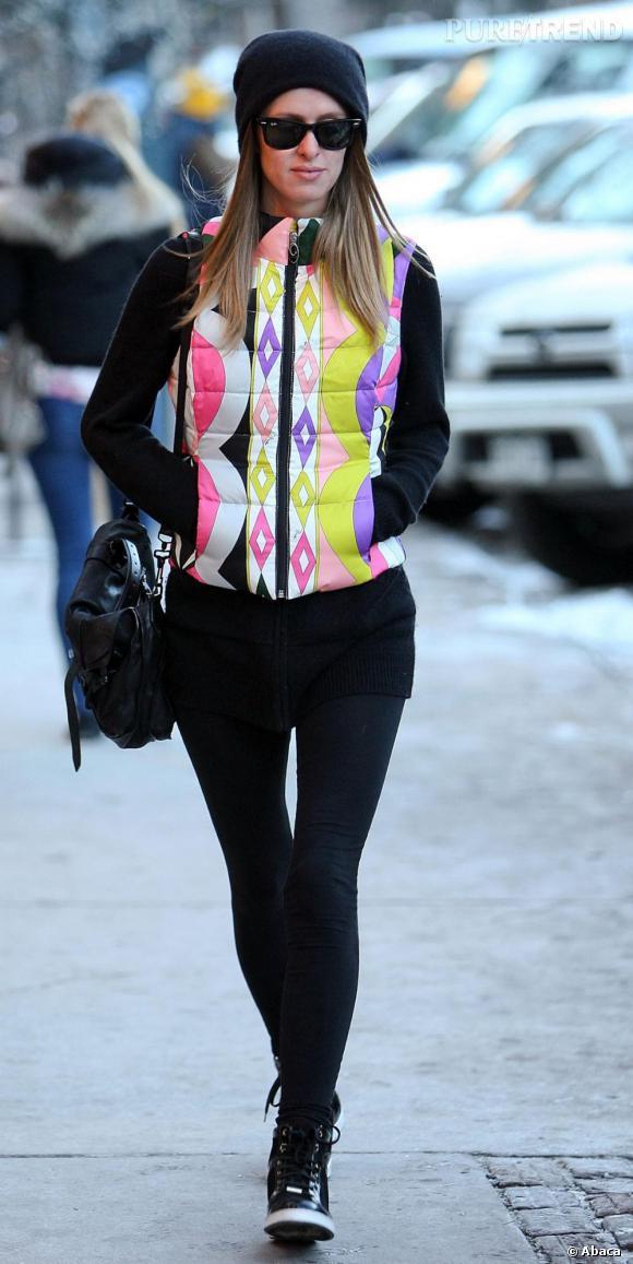 Nicky Hilton porte une veste coloré flashy qui attire l'oeil sur les pistes d'Aspen. Avec un simple legging et des baskets, elle ne semble pas prête à aller sur les pistes...
