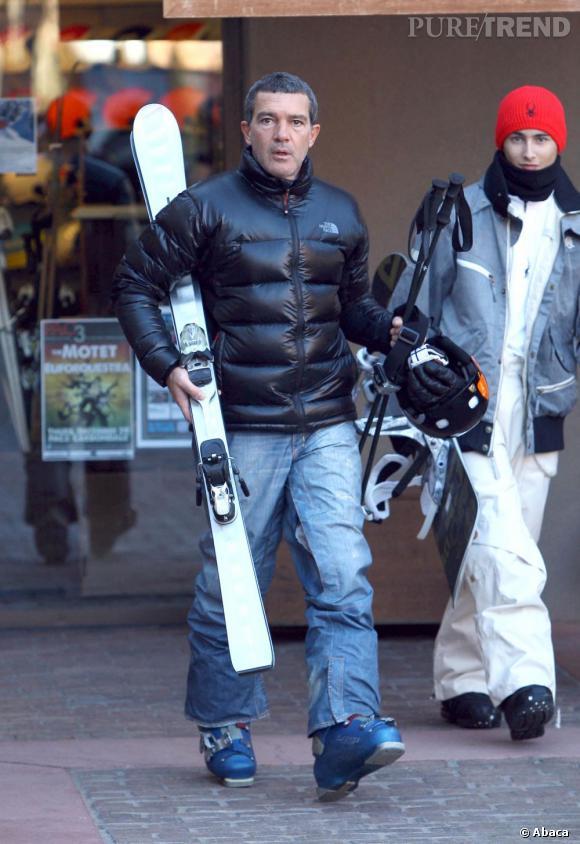 Antonio Banderas adopte la pièce de l'hiver par excellence : la doudoune. Les skis en main, il est prêt à dévaler les pistes d'Aspen.