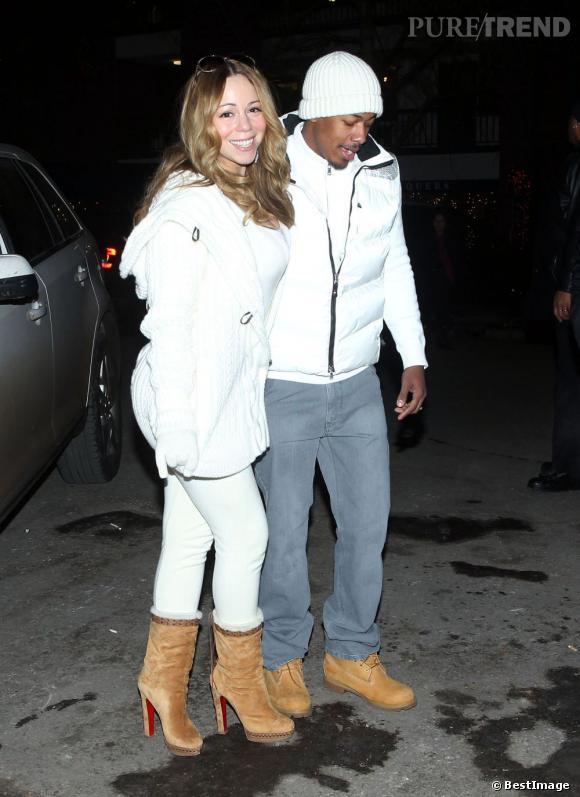 Mariah Carey et son mari Nick Cannon sont assortis à la neige qui tombe à Aspen. Total look blanc pour le couple, bottes fourrées de 15cm Christian Louboutin. Ils s'accordent même sur les chaussures camel.