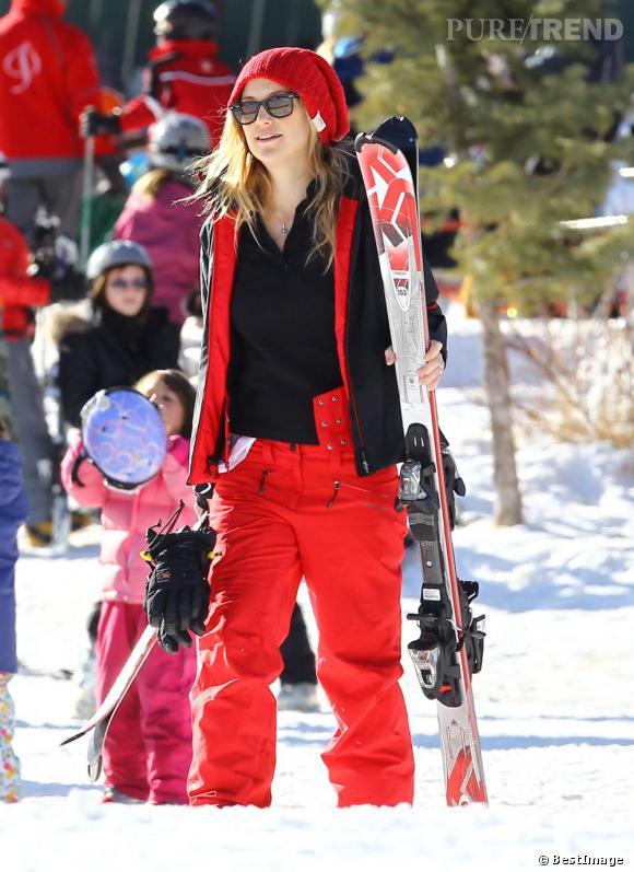 Kate Hudson ne perd pas son goût pour les belles choses. Neige ou pas neige, la belle reste toujours aussi stylée à Aspen. Bonnet accordé à la combi et Rayban indémodables, bravo !