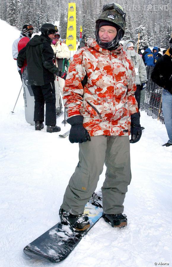Robin Williams joue lui aussi la carte de la veste colorée. Look de G.I. pour un délire assuré sur les pistes.
