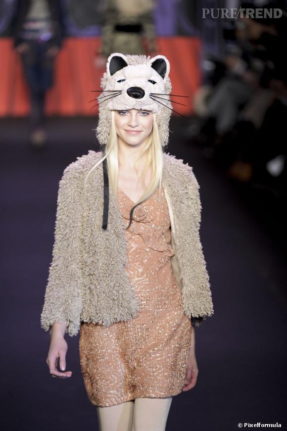 Sur le podium d'Anna Sui, le bonnet animal se fait girly et adorable.
