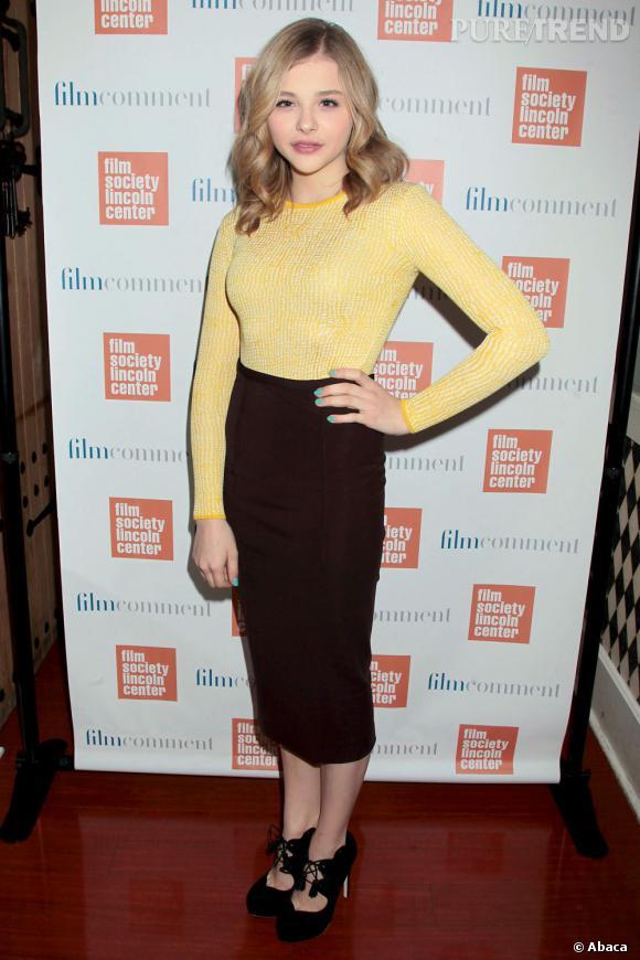 Chloë Moretz, très chic et élégante en jupe taille haute et pull moulant... Mais quel âge a-t-elle ?