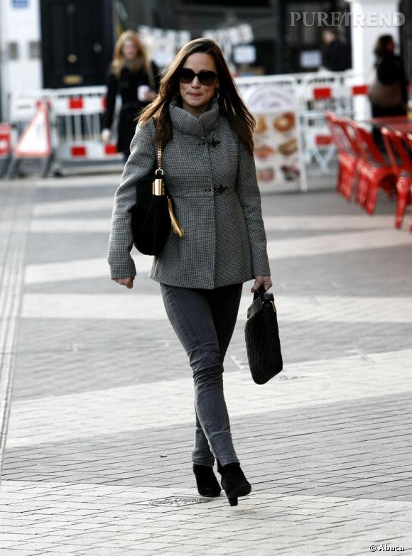 Pippa Middleton total look gris dans les rues de Londres.