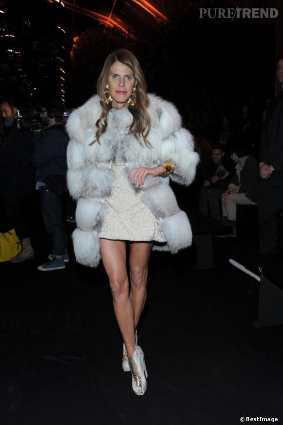 Manteau en fourrure, minirobe glitter et boots architecturales, Anna Dello sait se faire remarquer. Et avec style.